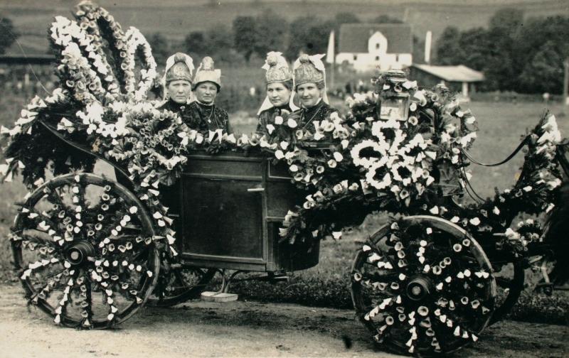 1927 Festwagen der Goldhaubenfrauen