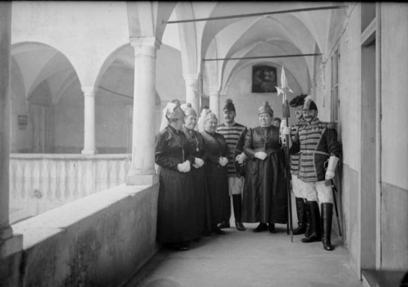 ca. 1928 Trabanten mit Goldhauben