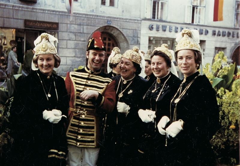 1970 der junge Trabant H.Ellersdorfer mit Goldhaubenfrauen