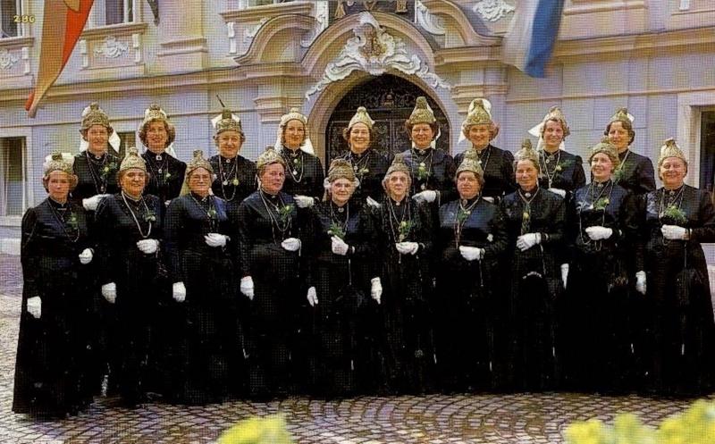 1980 Gruppenfoto vor Rathaus